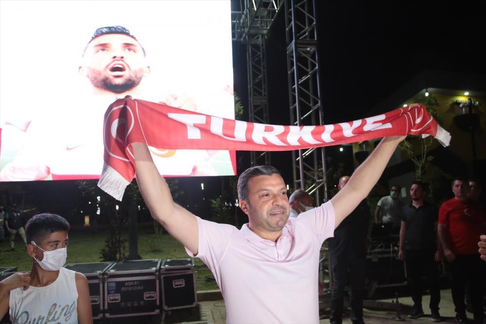 Adana'da vatandaşlar Türkiye-İtalya maçını kurulan dev ekranda araçlarından izledi